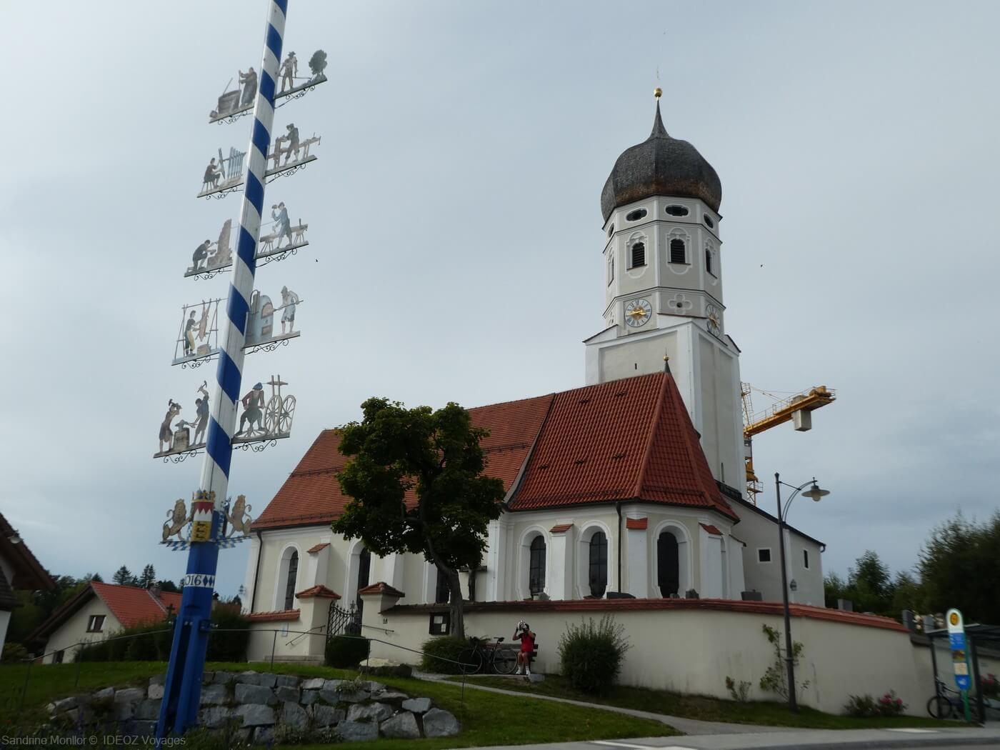 église d'andechs et arbre de mai en haute bavière près de munich