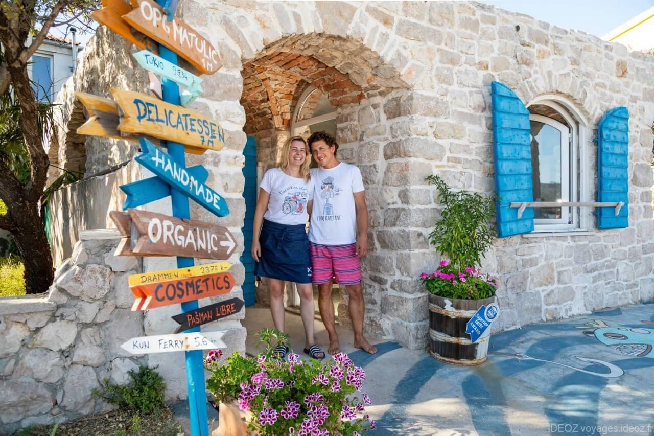 Ana et Krsto Matulic devant la porte de la boutique OPG Matulic (1)