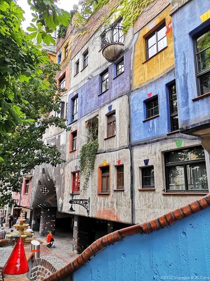 façade à l'intérieur du village Hundertwasser à Vienne