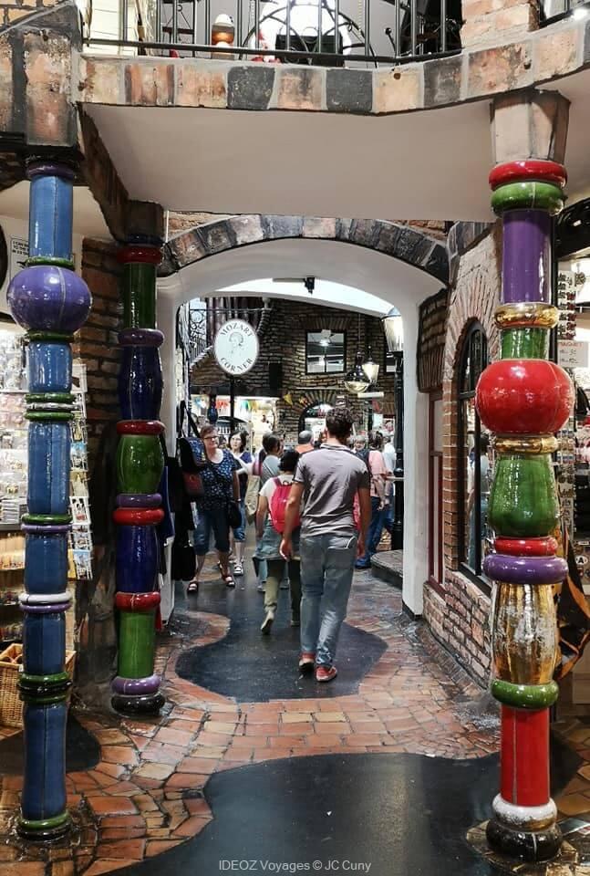 A l'intérieur du village Hundertwasser de Vienne