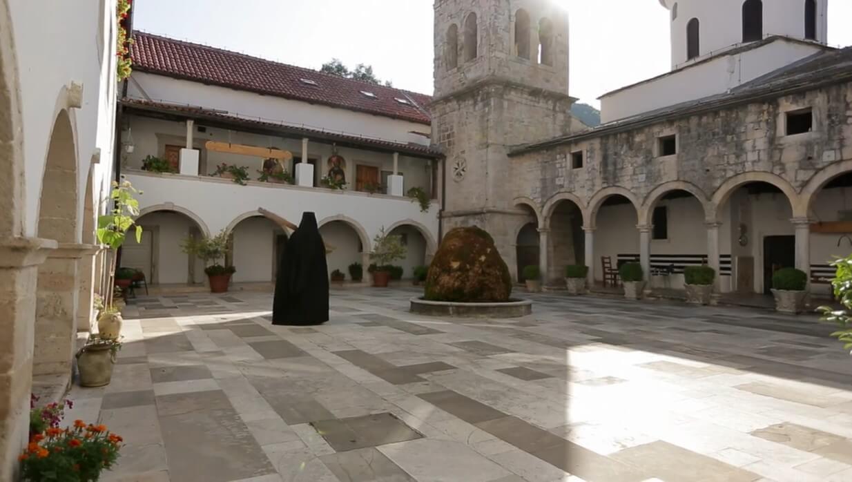 moine orthodoxe dans la cour du monastère de krka