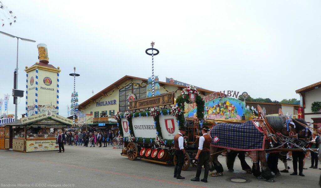 cérémonie de l'arrivée des calèches avec les tonneaux des brasseries sur l'oktoberfest de munich
