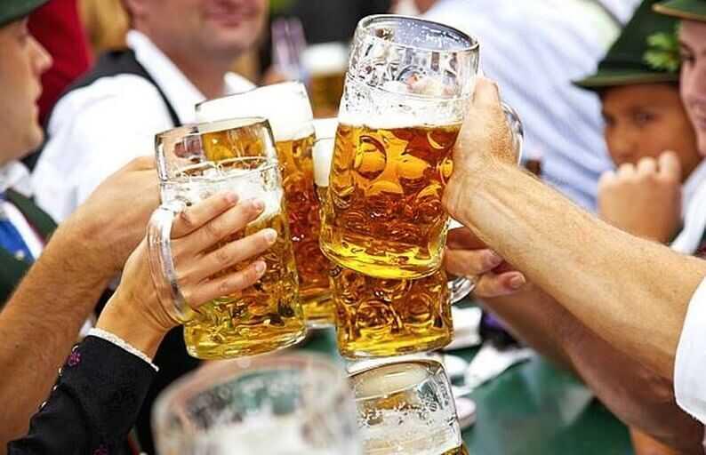 ein prosit trinquer lors de la fête de la bière à munich