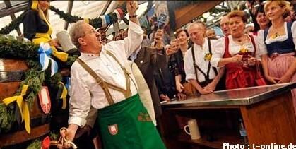 maire de munich inaugurant la fête de la bière