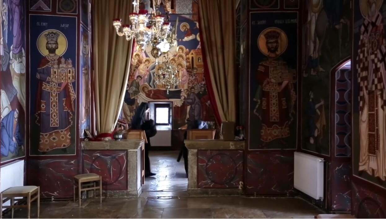moines faisant la prière dans le monastère de krka