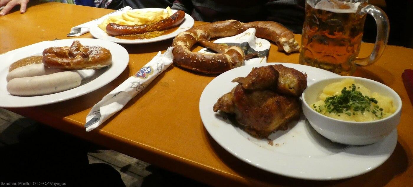 plats phares de la fête de la bière de munich : demi poulet et salade de pommes de terre, weisswurst et bretzel et currywurst