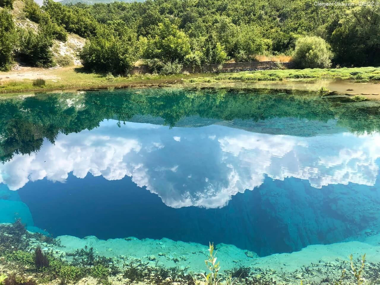 reflet du ciel nuageux dans la source de la rivière cetina