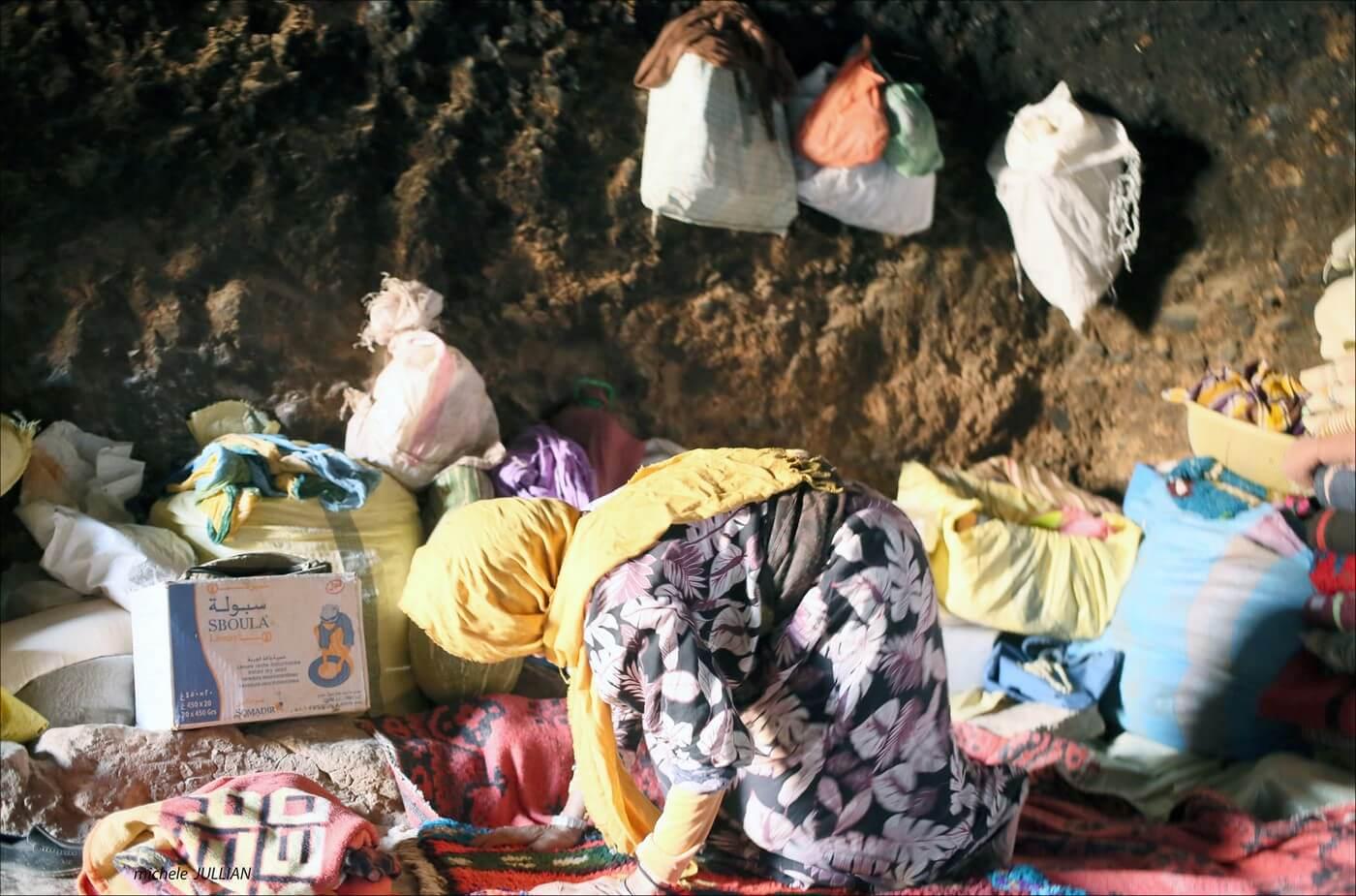 femme berbère vivant dans une grotte dans l'atlas marocain