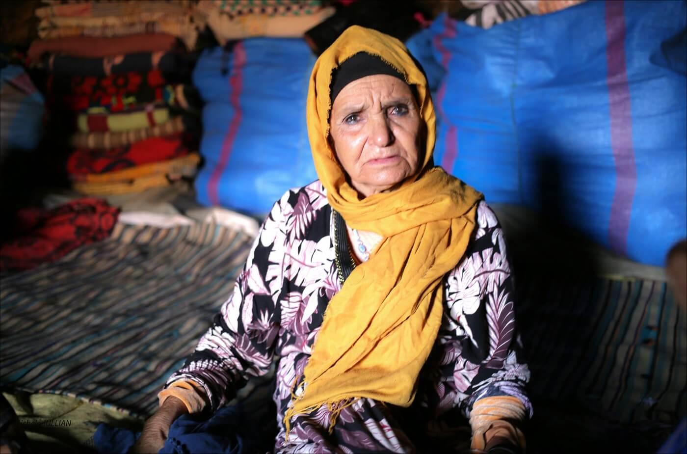 femme nomade dans une grotte dans le maroc berbère