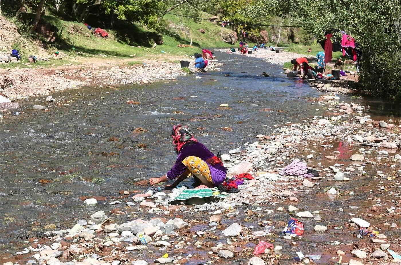 femmes berbères nettoyant leur linge dans la rivière
