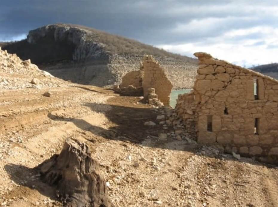 Ruines de l'ancien monastère de Dragovic