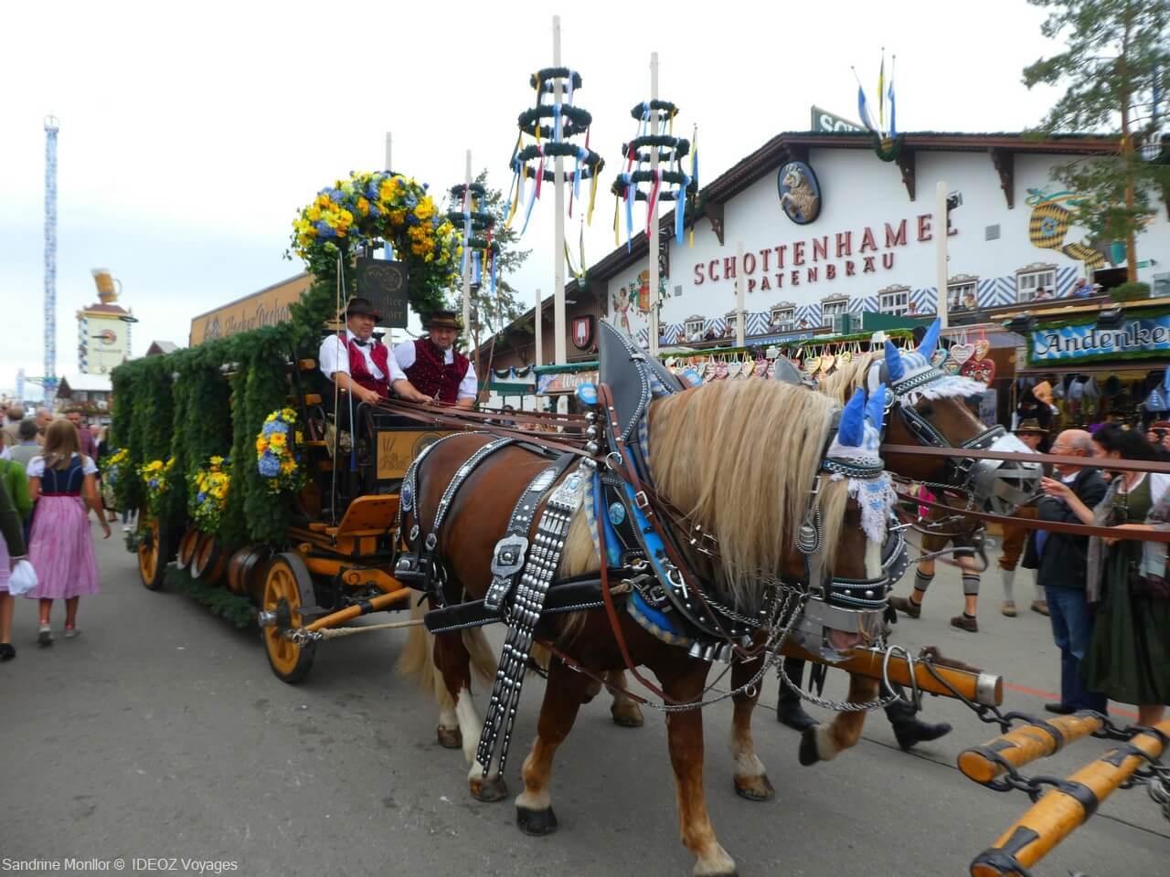calèche fleurie avec les tonneaux de bière devant la tente Schottenhamel Spatenbrau à l'oktoberfest de munich en 2019