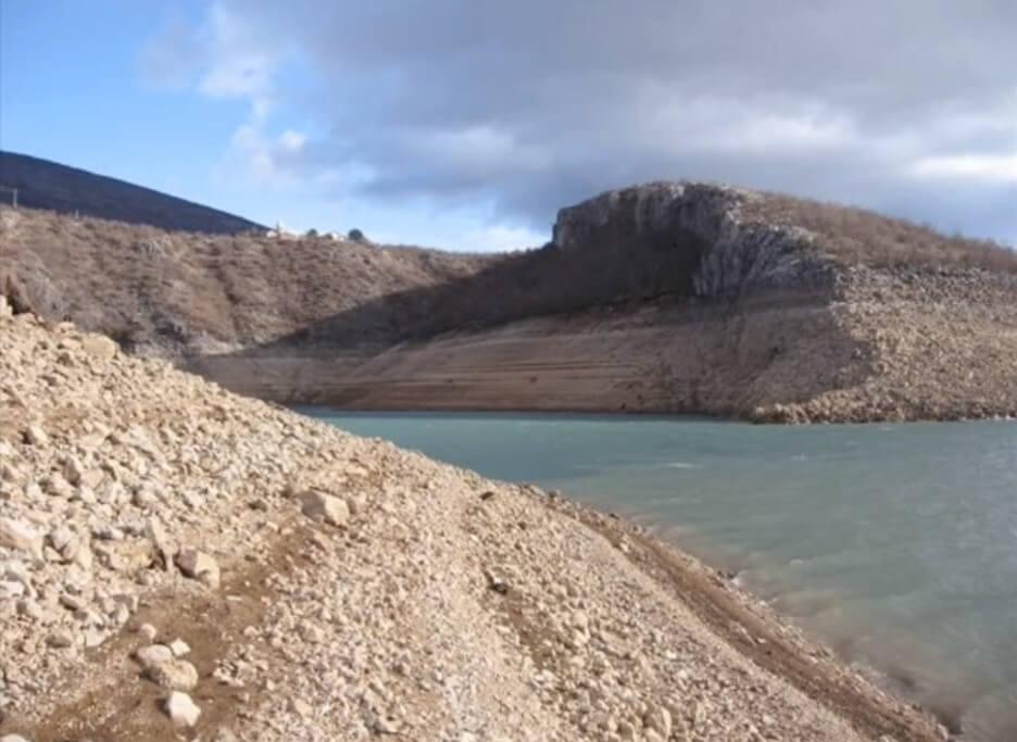 au loin le monastère de dragovic sur une colline bordant le lac peruca