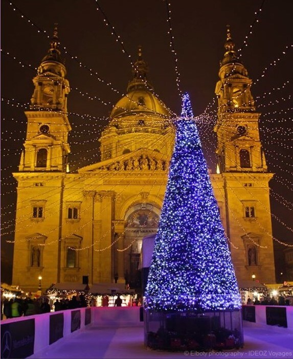 sapin de noel illuminé pendant les fêtes de fin d'année devant la cathédrale de budapest