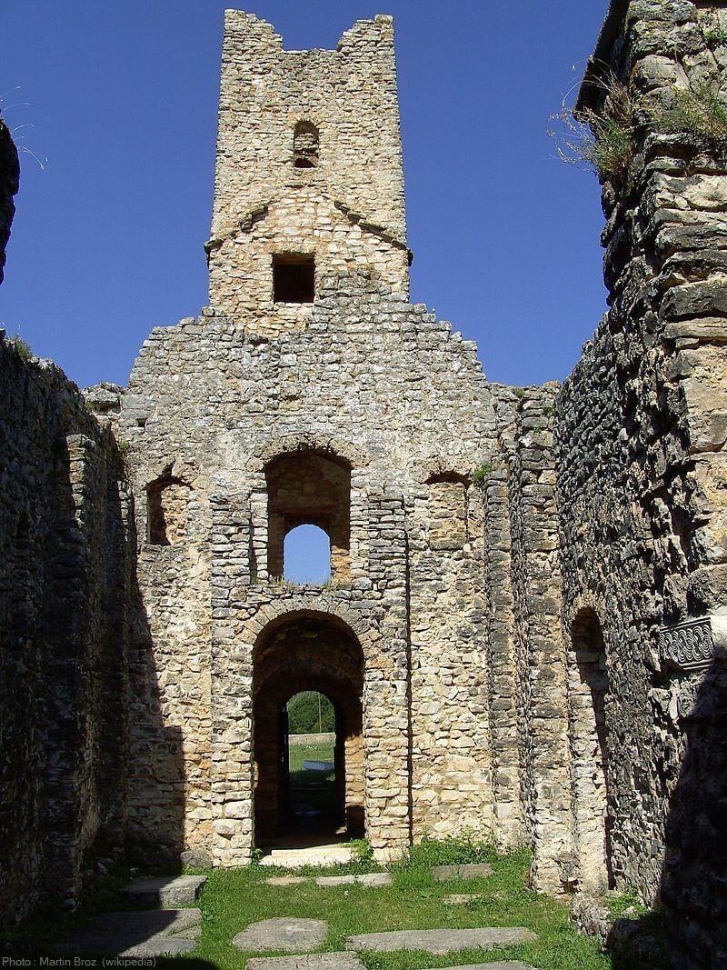 intérieur de l'église du saint sauveur de cetina en ruines