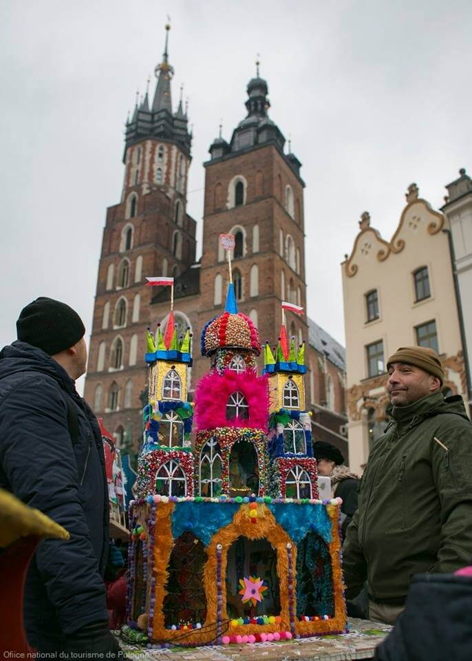 Szopki krakowskie crèche de cracovie exposée sur le rynek devant la cathédrale