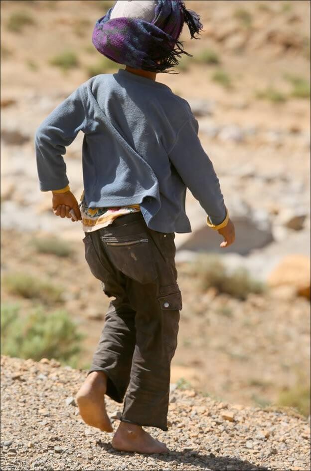 enfant berbère courant sans chaussure