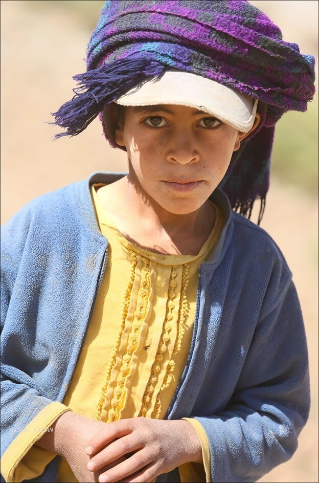 enfant nomade dans l'atlas en pays berbère