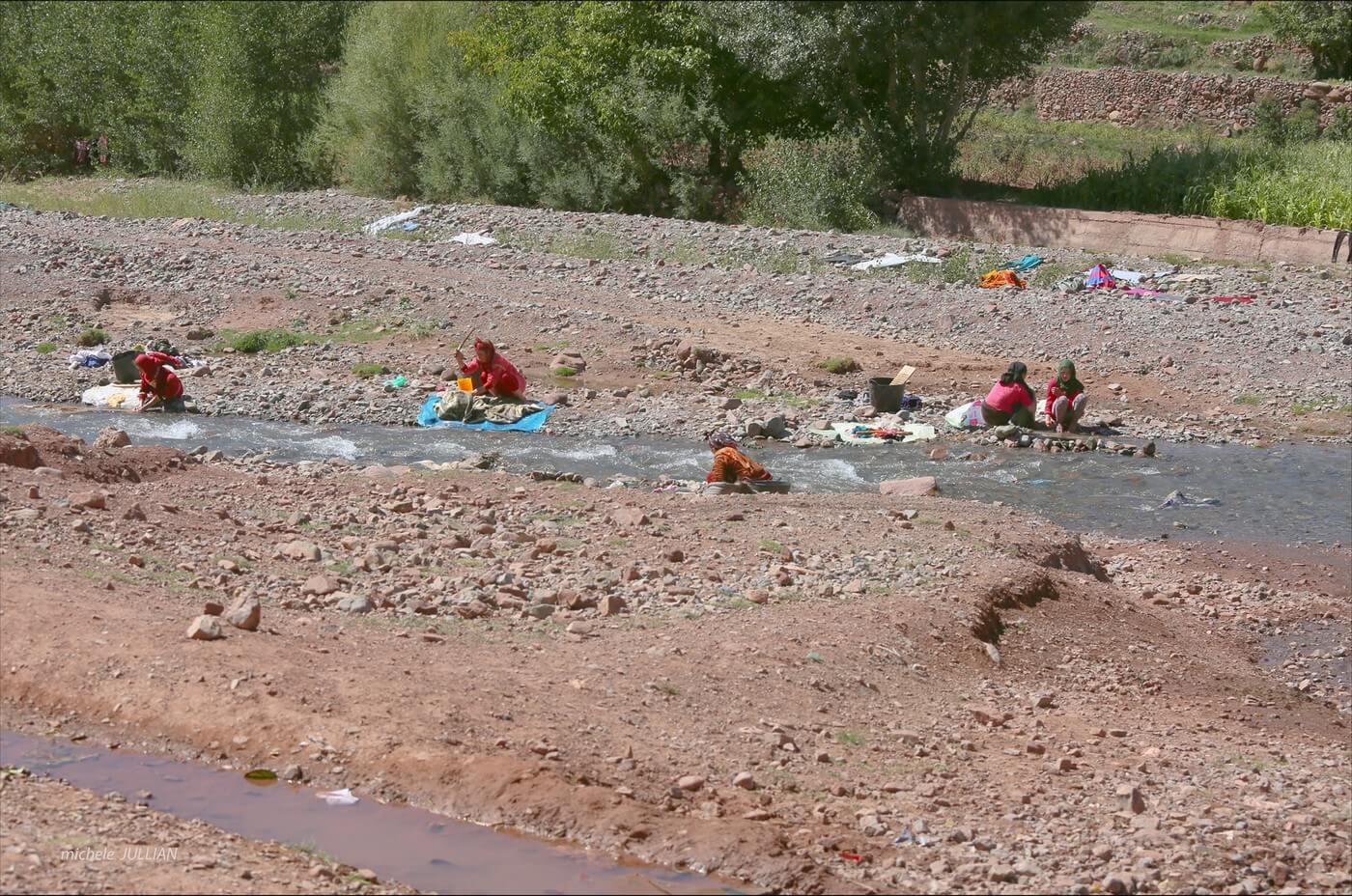 femmes berbères près de la rivière en train de faire la lessive