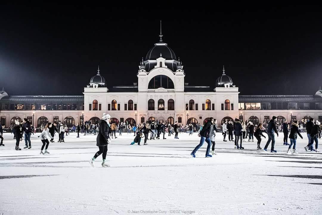 hiver à budapest sur la patinoire de plein air