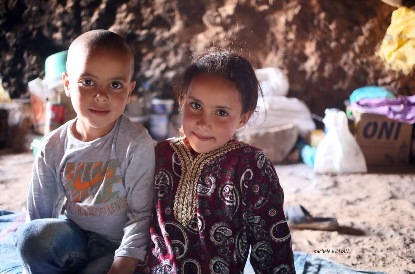 jeunes enfants nomades vivant dans une grotte dans le maroc berbère