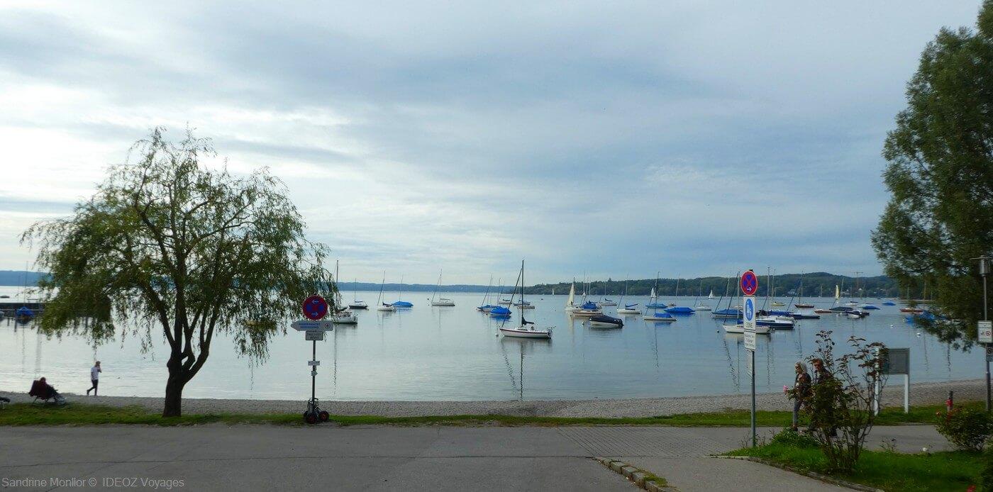 lac ammersee en bavière avec ses bateaux de plaisance en automne