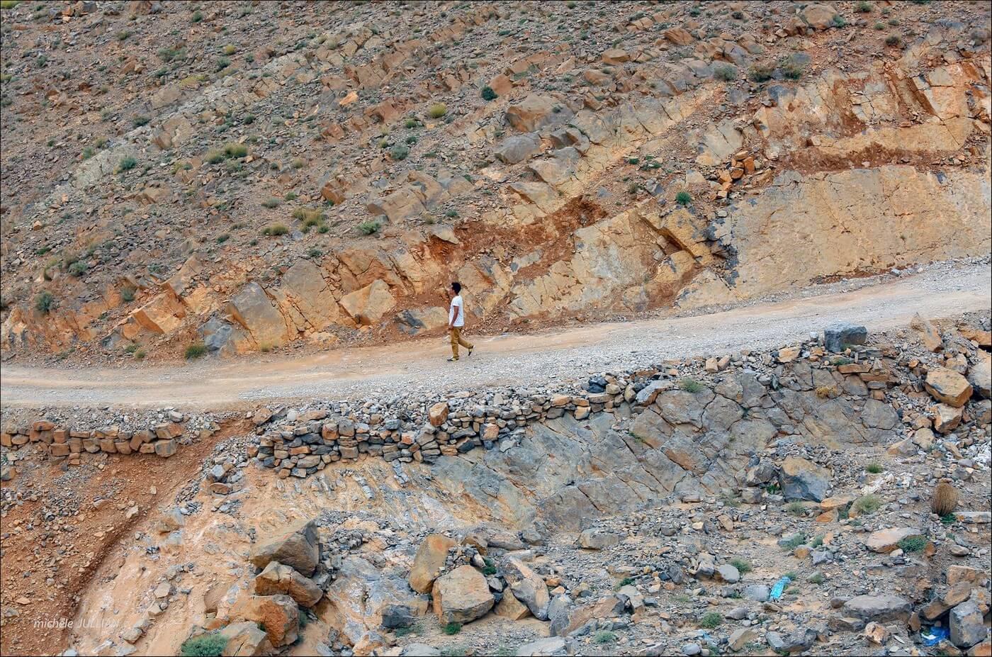 sur la route dans les paysages de l'atlas au maroc
