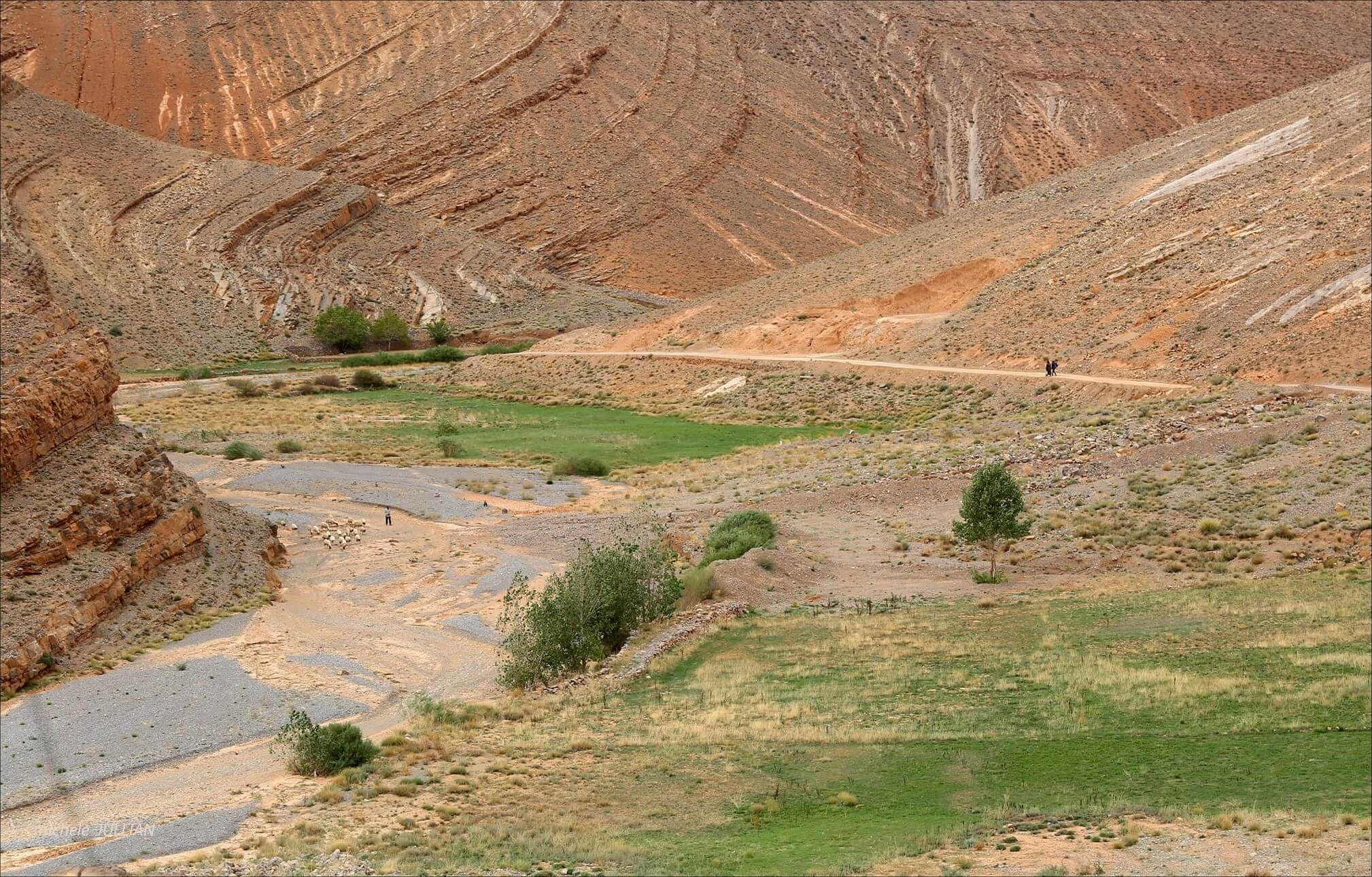 marcher sur la route au maroc dans le haut atlas