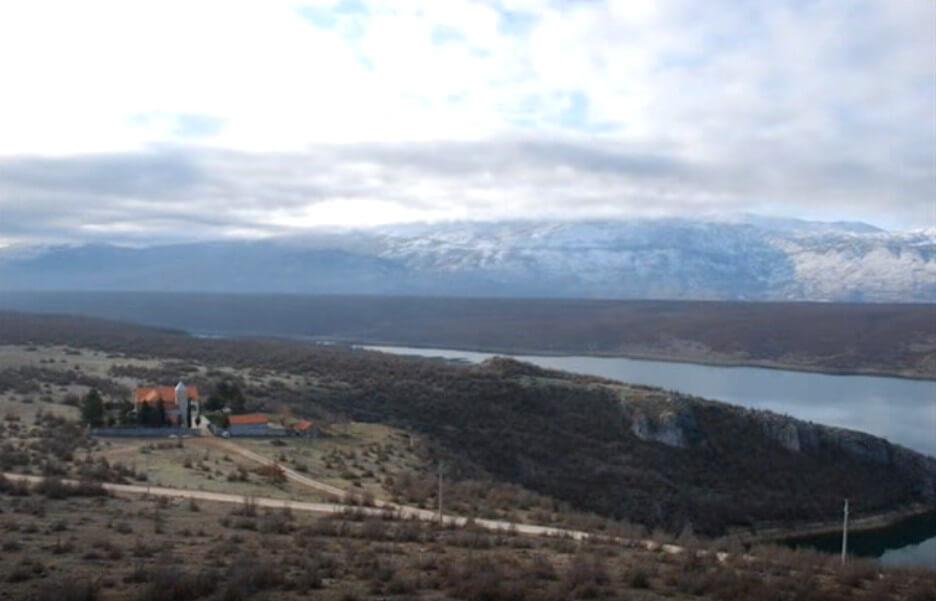 panorama sur le monastère serbe orthodoxe de dragovic et le lac de peruca en dalmatie