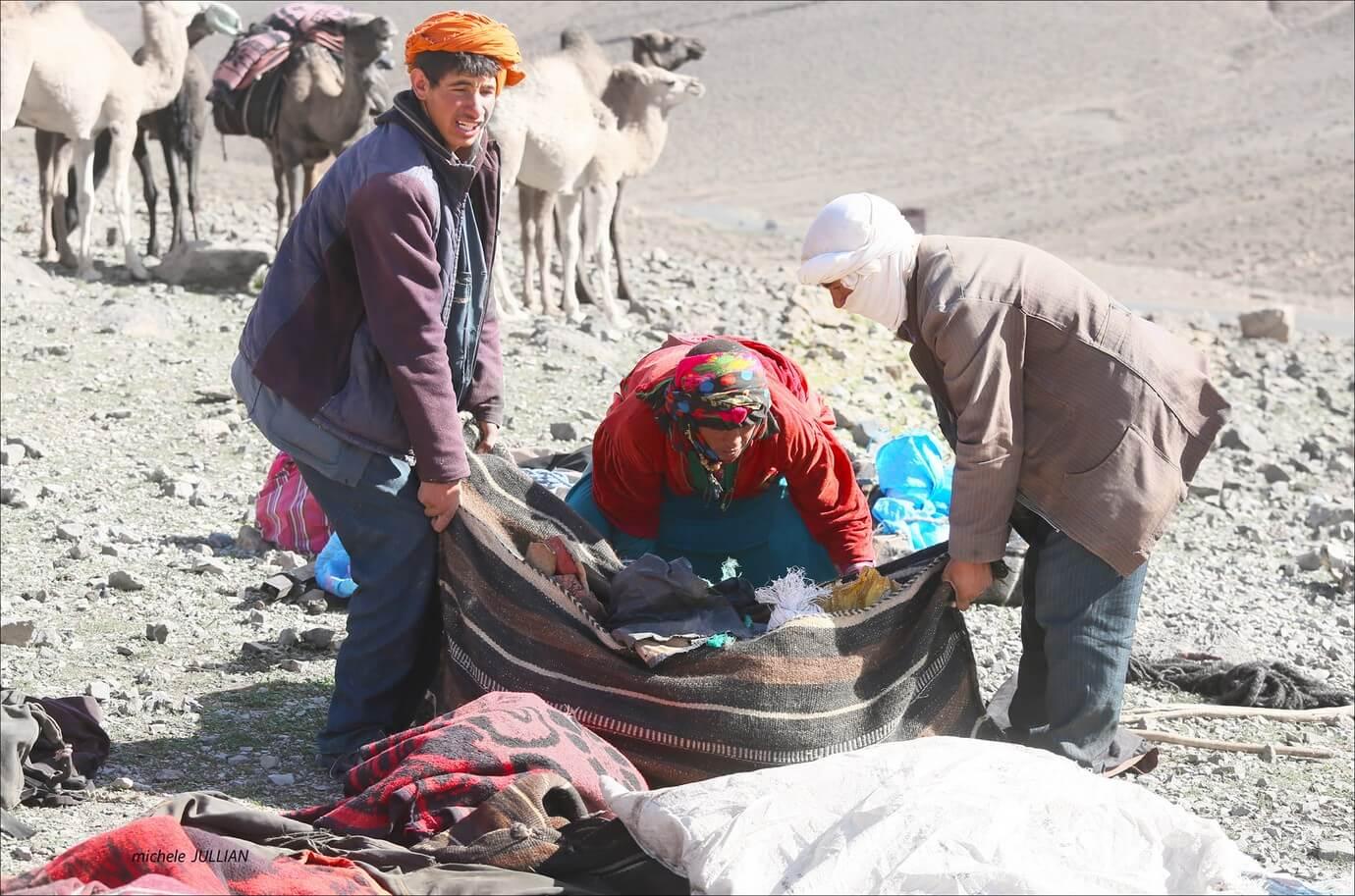 nomades berbères en train de faire leurs bagages entre Saghro et le Haut Atlas