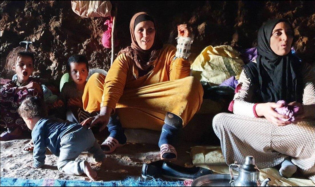 nomades berbères vivant dans les grottes au maroc