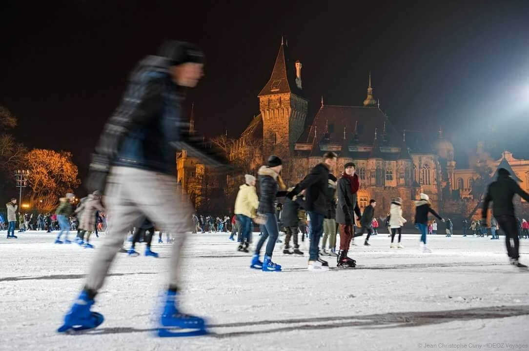 Patineurs sur la patinoire de plein air du château de Vajdahunyad à Budapest