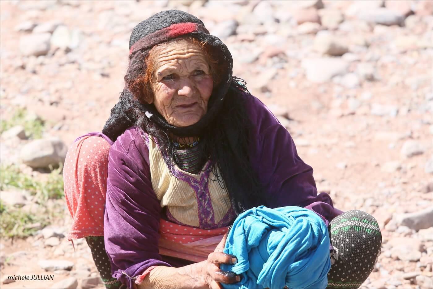 portrait de vieille femme berbère en train de laver son linge