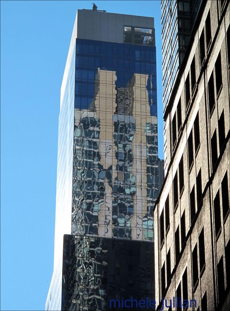 reflets sur un gratte ciel à new york