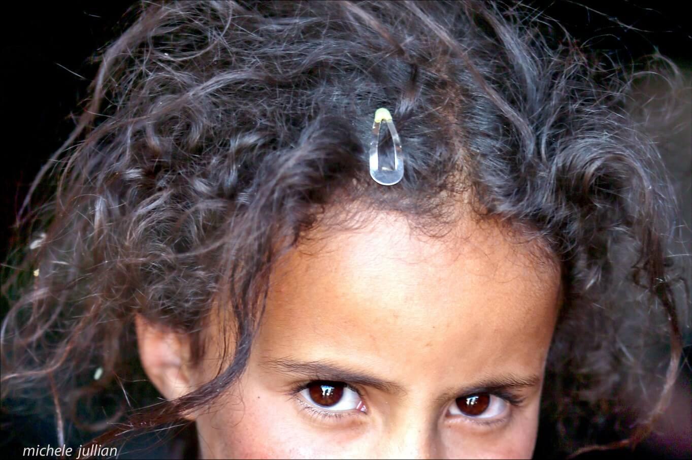 regard d'une fillette nomade berbère au maroc (1)