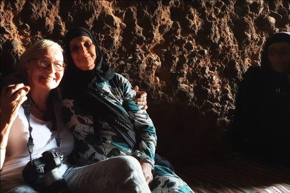 rencontre dans les grottes où vivent des nomades berbères au maroc
