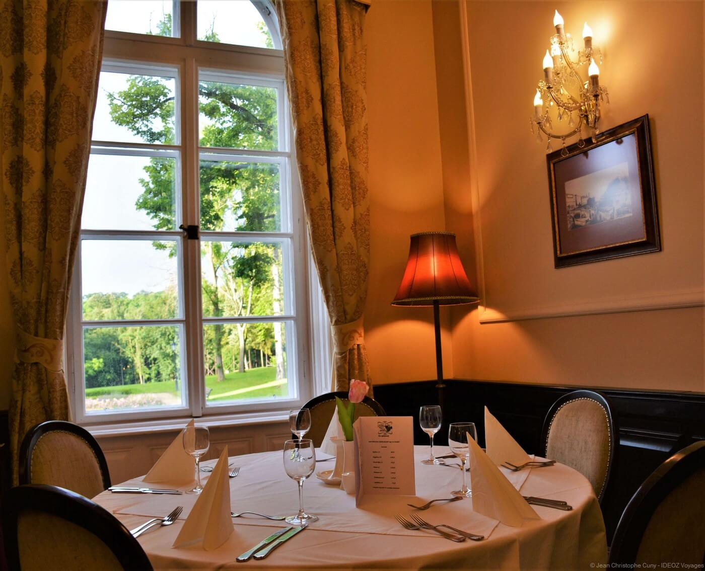 restaurant cyrano dans le château du parc de bukk