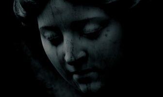 statue de femme au visage triste