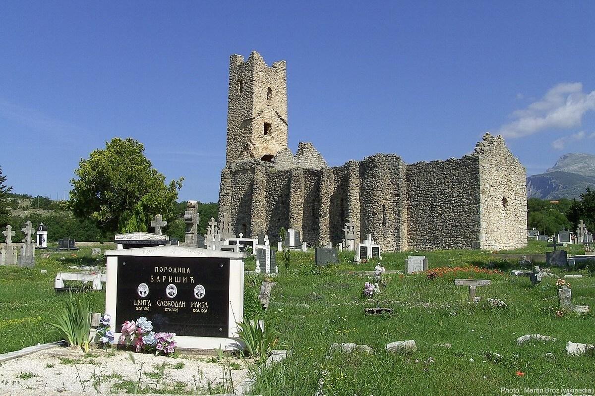 tombes entourant l'église de saint sauveur et de la sainte ascension à cetina