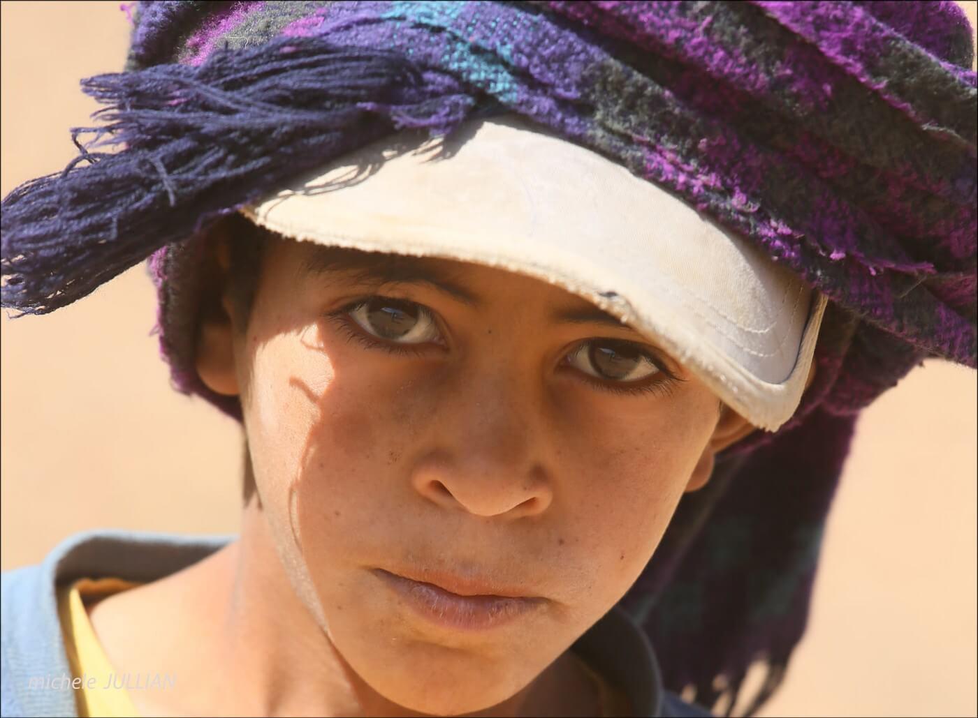 un regard si grave d'un enfant nomade au maroc