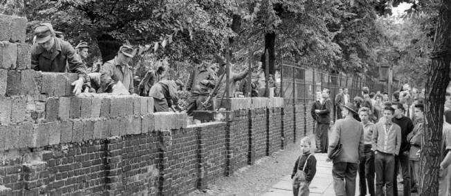 début de la construction du mur de berlin
