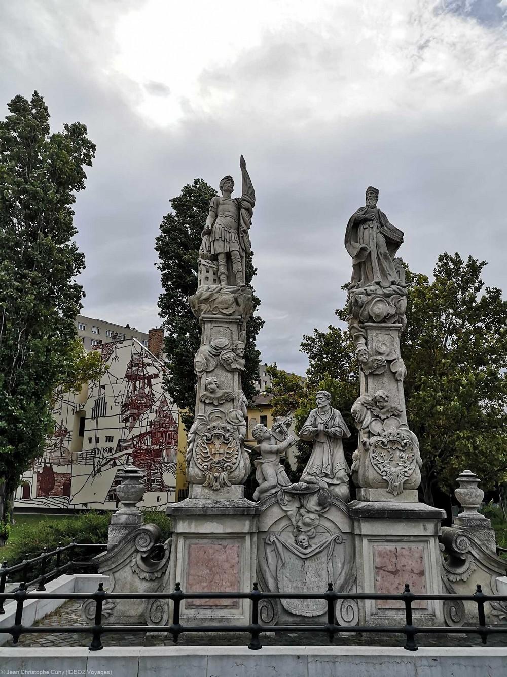 statues baroques de saint Florian et saint Jean Népomucéne