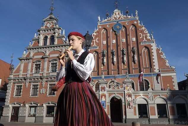 maison des têtes noires sur la place de l'hotel de ville de Riga