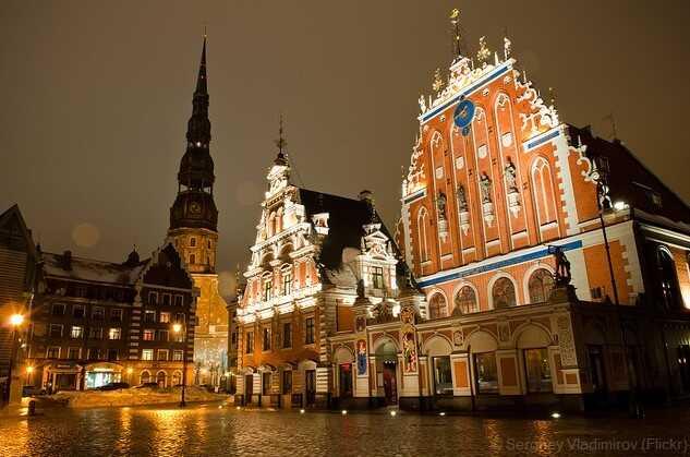 place de l'hôtel de ville de Riga de nuit