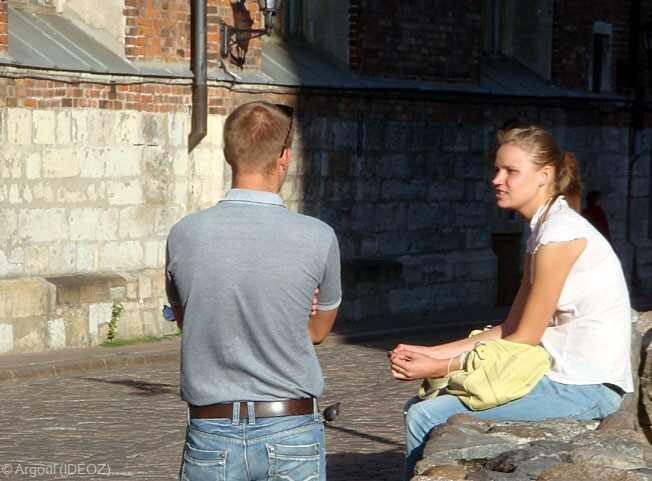 couple en train de discuter dans le centre historique de riga