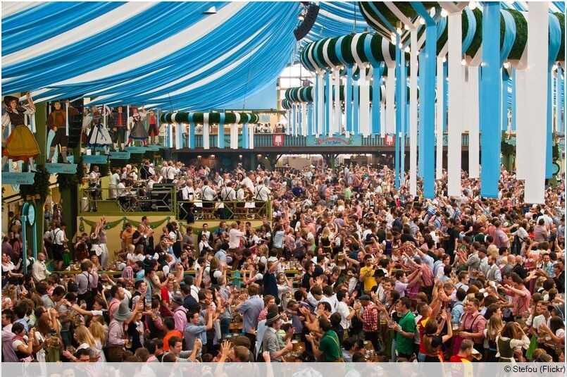 Tente bavaroise lors de la fête de Munich Oktoberfest