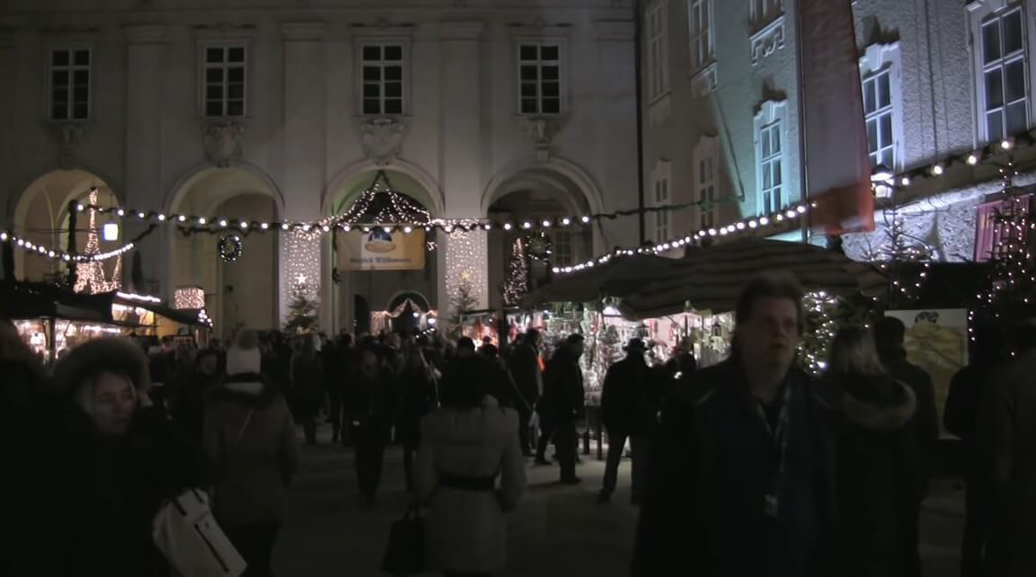 ambiance du marché de noel du centre historique de salzbourg de nuit