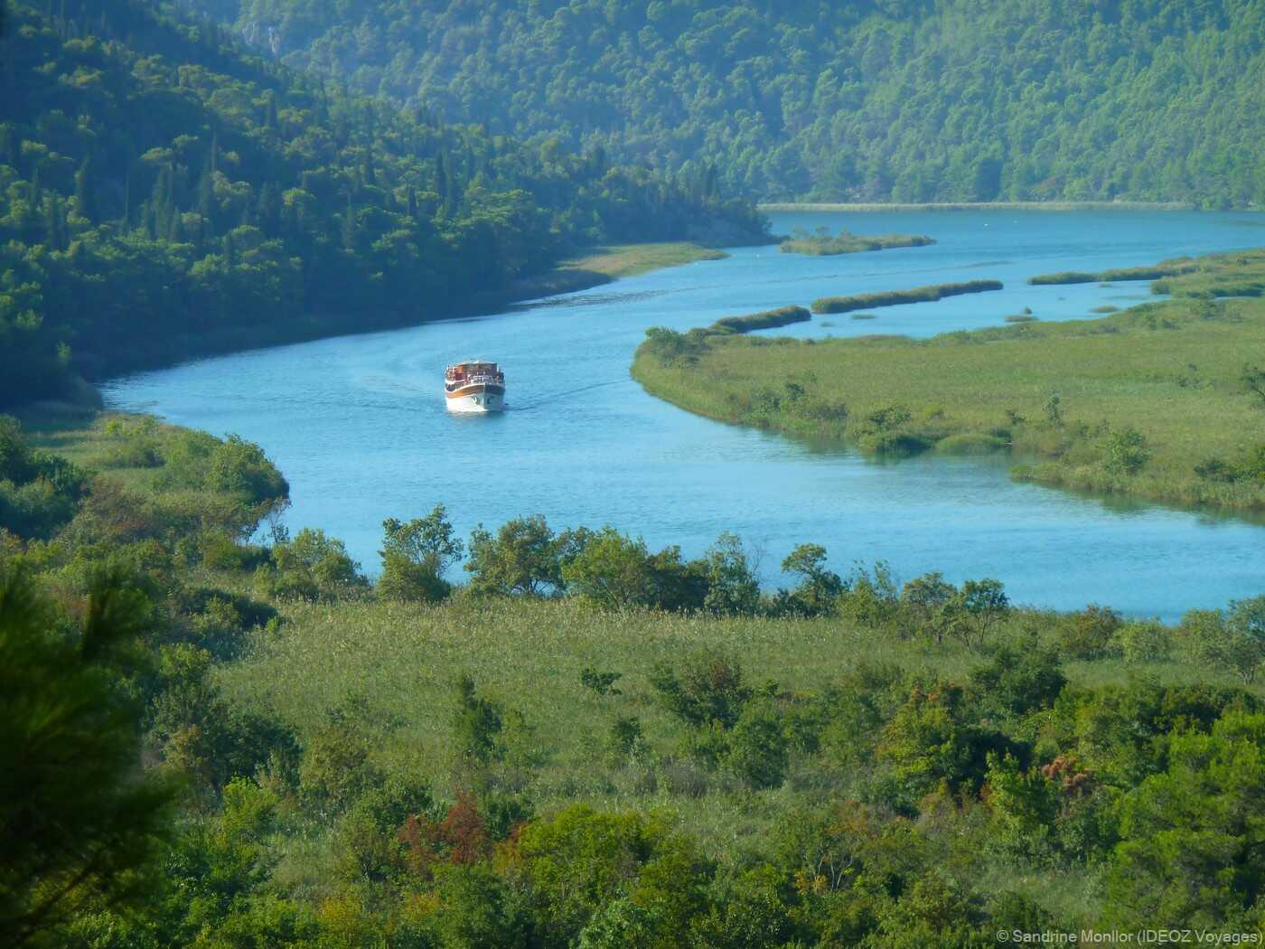 balade en bateau jusqu'à skradinski buk depuis skradin pour découvrir le parc krka