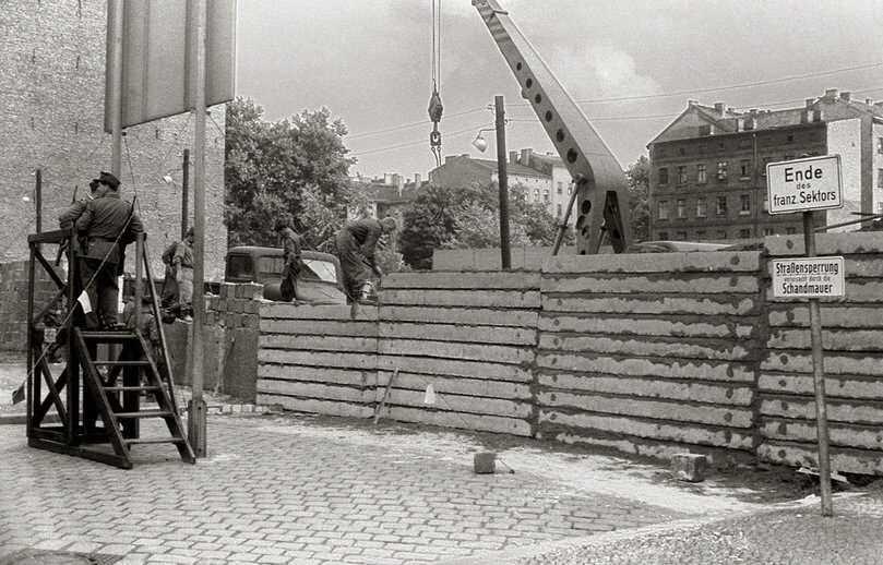 construction du mur de berlin en août 1961