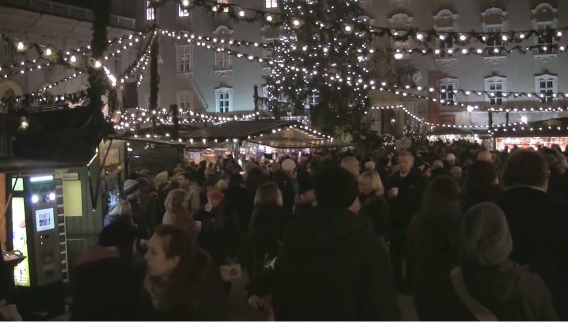 foule de visiteurs sur le marché de l'avent de salzbourg